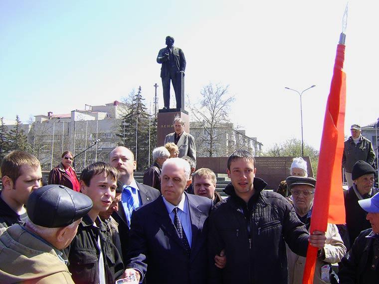 Леонид Грач с молодыми активистами Общественного совета по защите конституционных полномочий Крыма