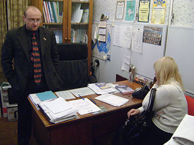 Начинаю день в школе в своем маленьком директорском кабинете