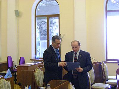 В сессионном зале, депутатские обязанности - подготовка к выступлению